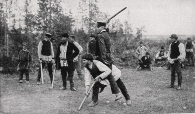 Photo de joueurs du jeu centenaire Kyykkä, ancêtre du Mölkky